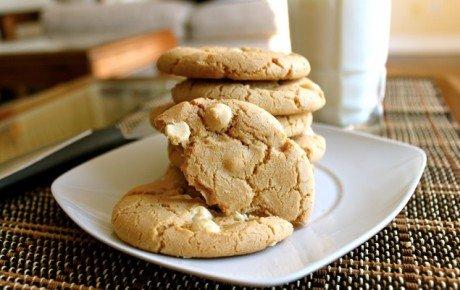 White chocolate and macadamia cookies1