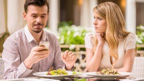Couple date phone 840x561 e1446561045377