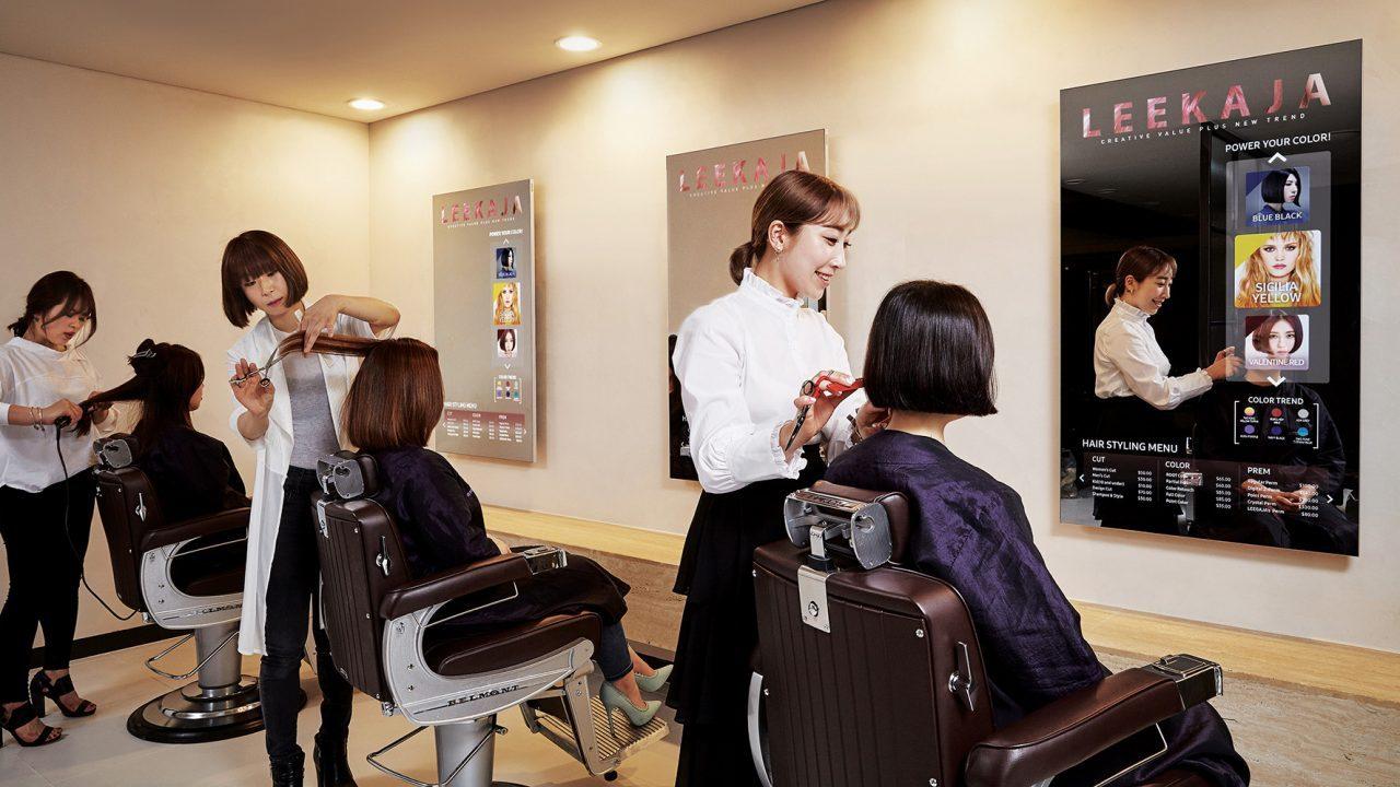T Style Hair Salon Minneapolis: Ecco Samsung Mirror Display In Un Negozio Di Parrucchiera