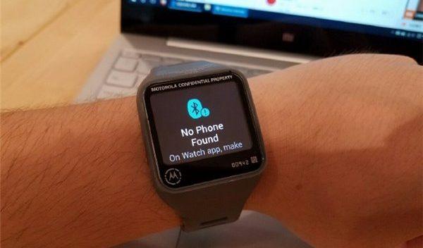 Smartwatch Motorola con display quadrato appare in alcune foto online