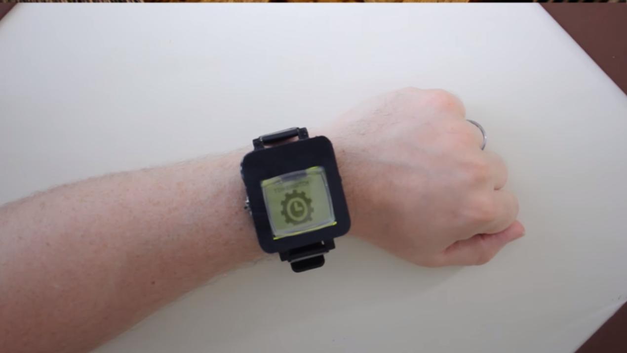 Trasformare un vecchio Nokia 1100 in uno smartwatch? Si può fare