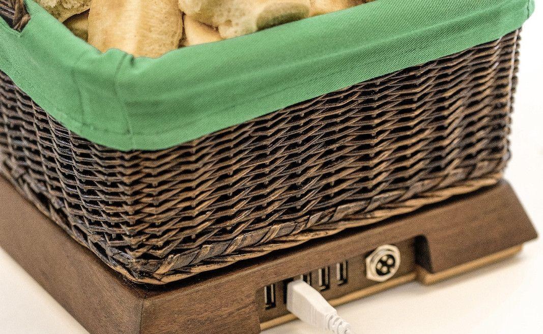 Basket of Warmth è un cestino del pane che ricarica lo smartphone e scalda le cene