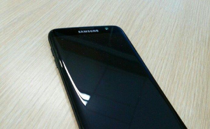 Samsung Galaxy S7 edge, prime immagini della versione Glossy Black