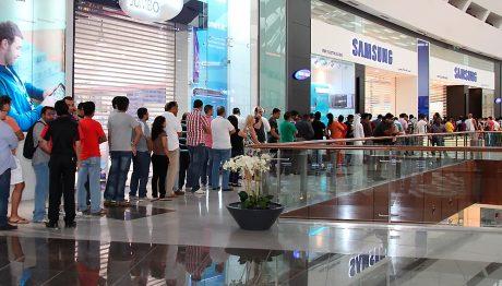 Long lines at Samsung store