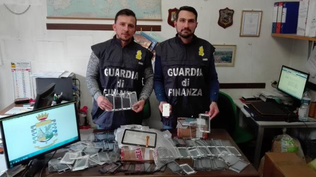 Merce con marchi contraffatti, denunciati due cinesi