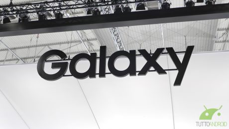 Avvistato un prototipo di Galaxy S10 Plus con notch nell'angolo e doppia fotocamera frontale