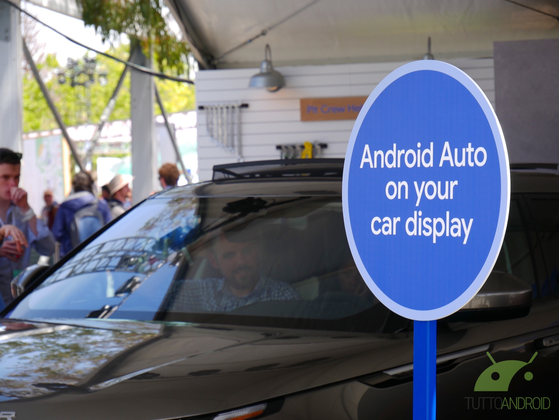 La vostra auto non supporta Android Auto wireless? Ecco il rimedio fai da te di un utente (video)