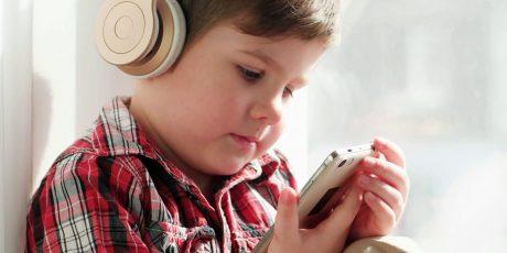 I bambini che ascoltano lettori musicali portatili hanno una