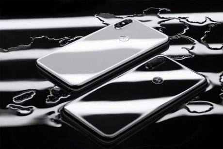 Motorola P30 ufficiale in Cina: un iPhone X con jack per le
