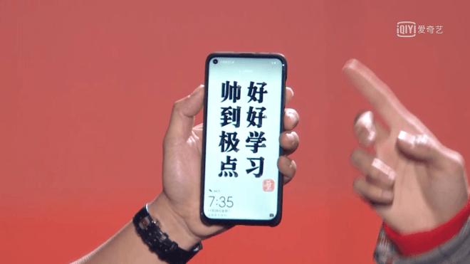 Huawei nova 4 con un foro nel display mostrato in una for Cabine nel buco del jackson