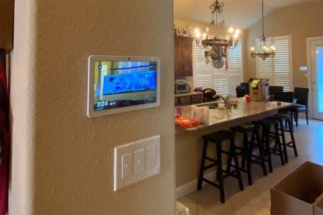 Google Nest Hub Max su parete