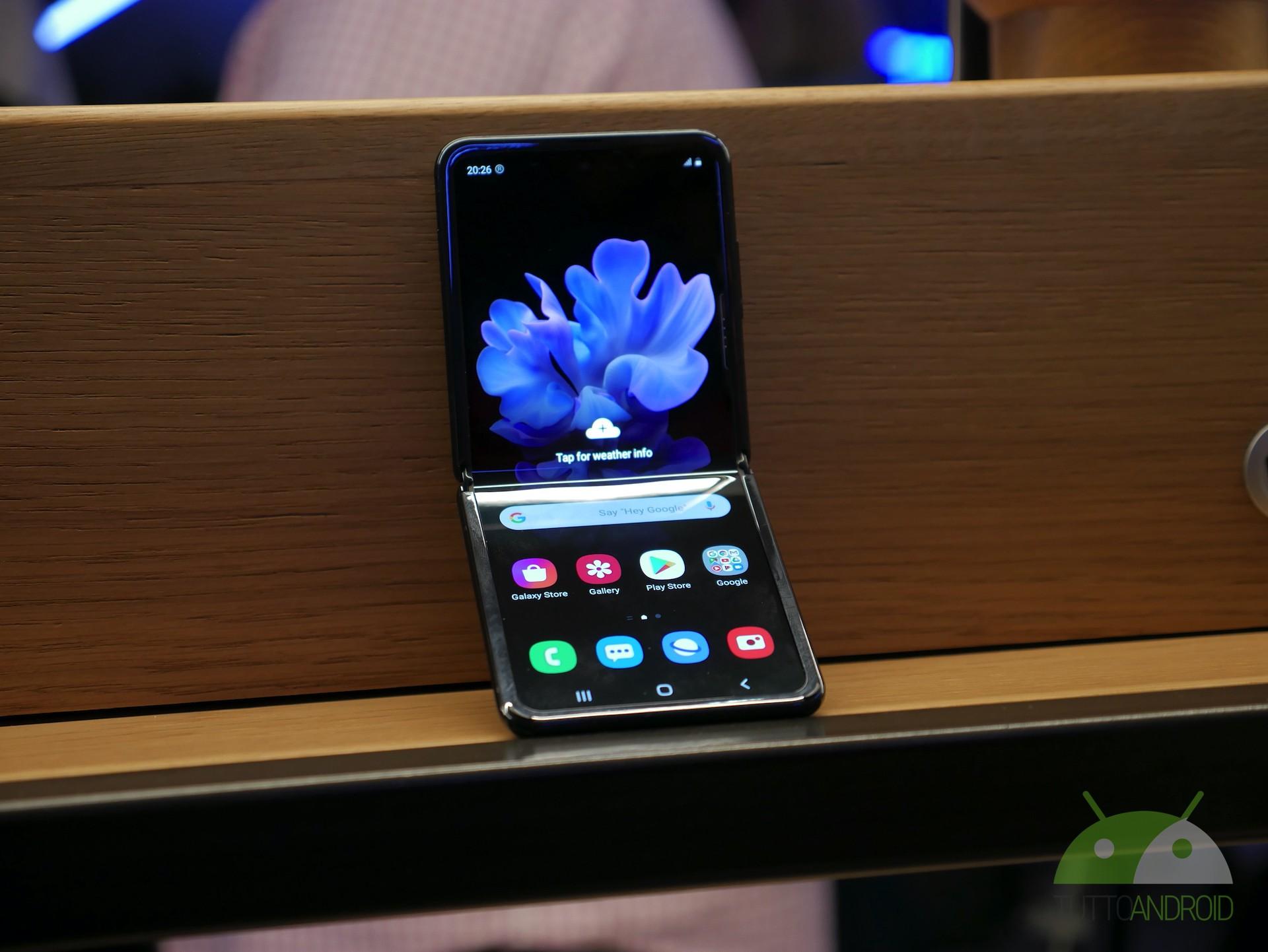 Vi piace il Samsung Galaxy Z Flip? Ecco due sfondi e un video della linea di produzione