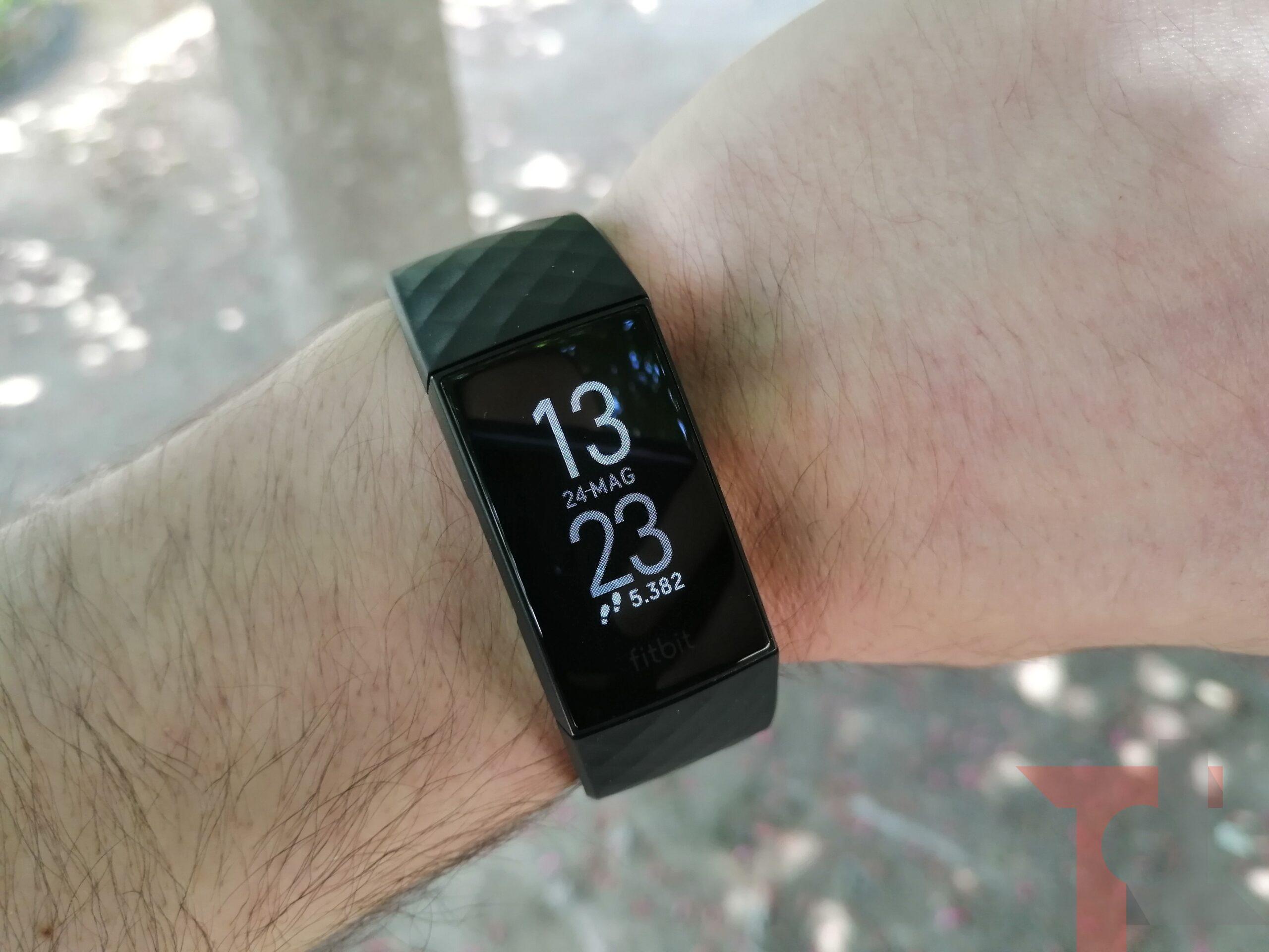 Fitbit Charge 4 si aggiorna con novità importanti per il GPS